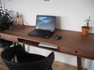 Der er plads til ledninger nede i bordet, en hylde til vores bærbare når vi ikke bruger dem og en lille skuffe