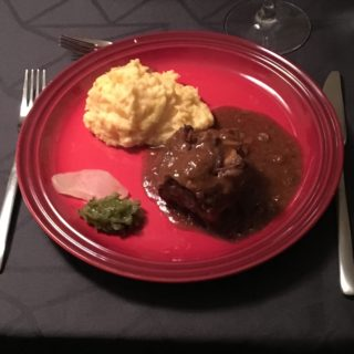 Braiserede oksehaler, grov kartoffelmos og hjemmelavet agurkerelish a la P