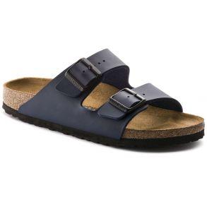 Mads har et par sorte Birkenstock sandaler, som han er rigtig glad for