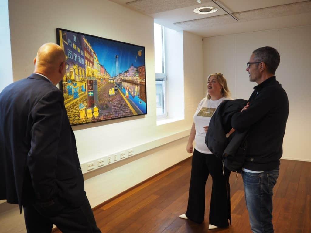 Mads, Daniel og Line beundrer et af Artpushers flotte værker