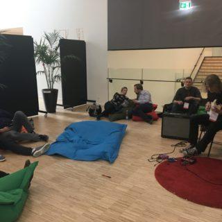 Lille loungeområde med musik