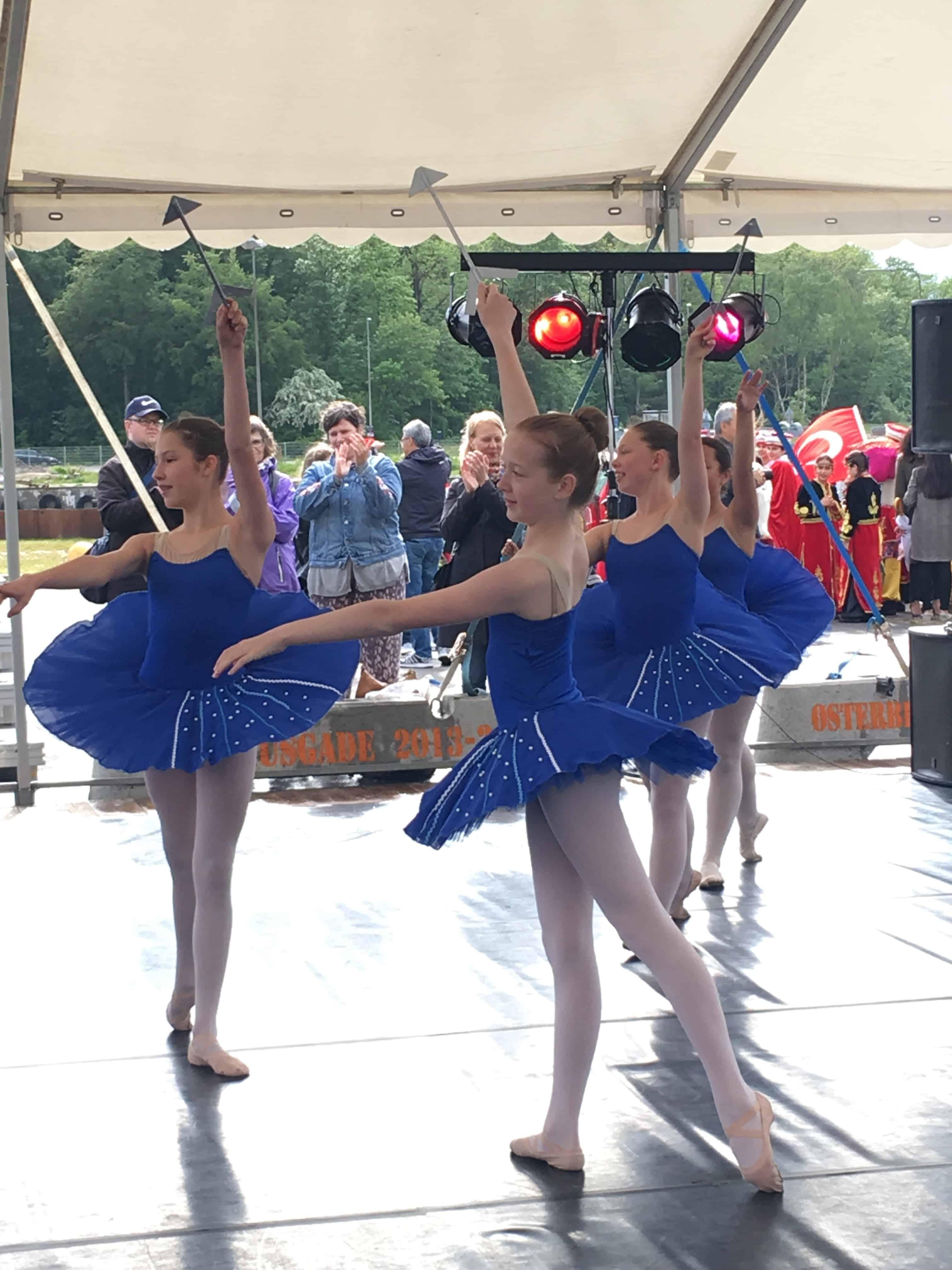 Balletpiger på dansescenen på Byens Ø