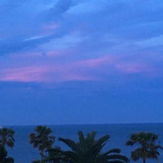 Solnedgang og lyserød sky på himlen