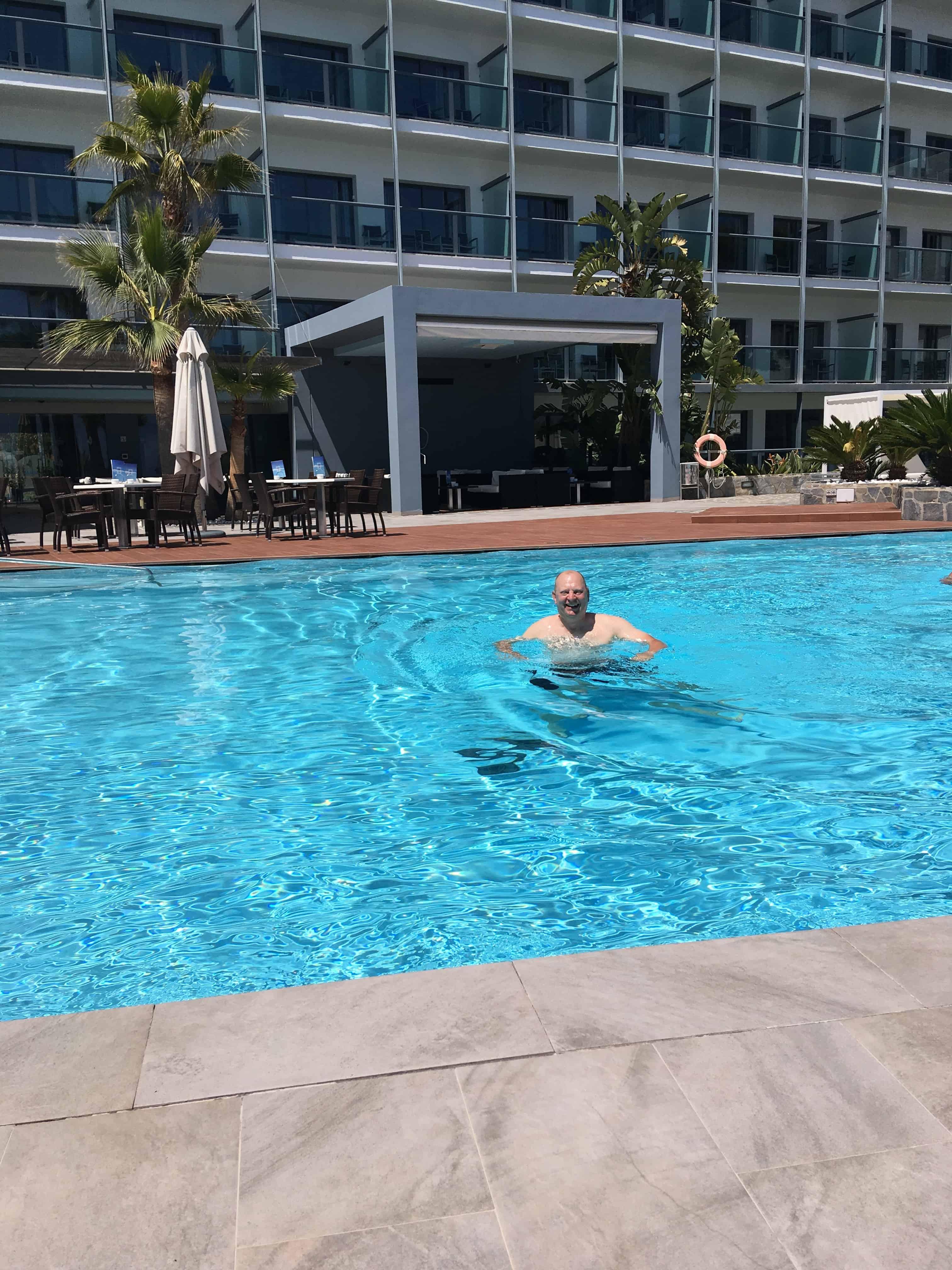 Mads indtog hotellets swimmingpool