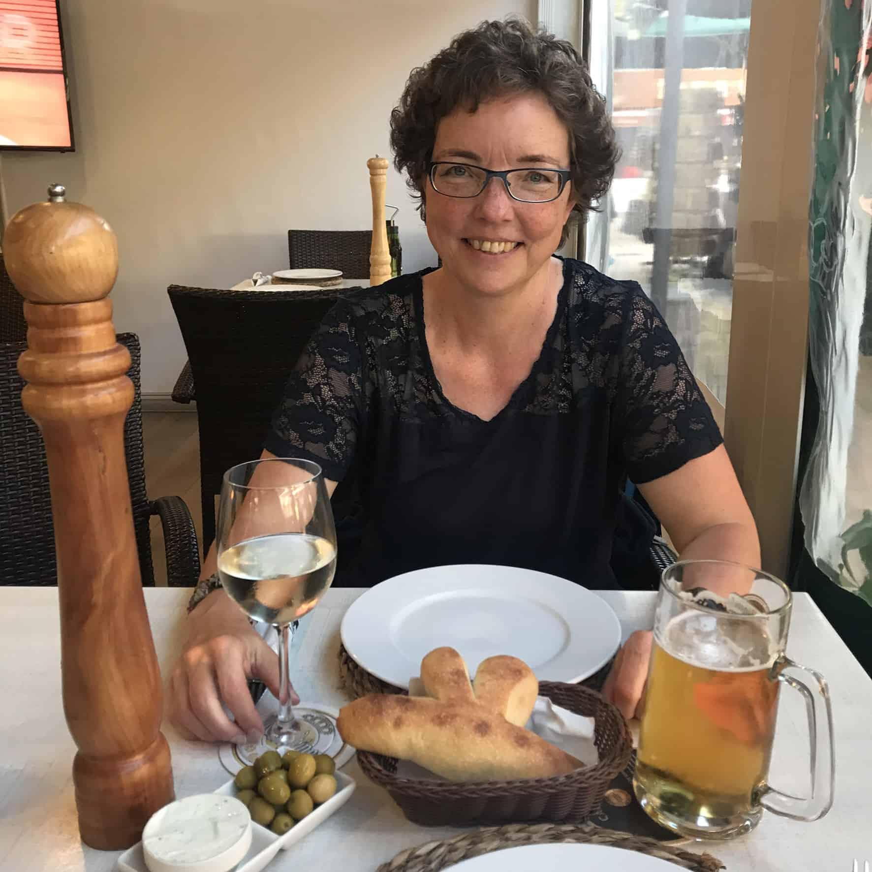 Søstjernebrød, oliven og tzatiki, mens vi venter på maden