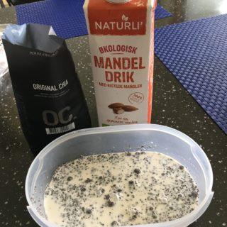 Bland 2 dl mandelmælk og 4 spiseskefulde chiafrø