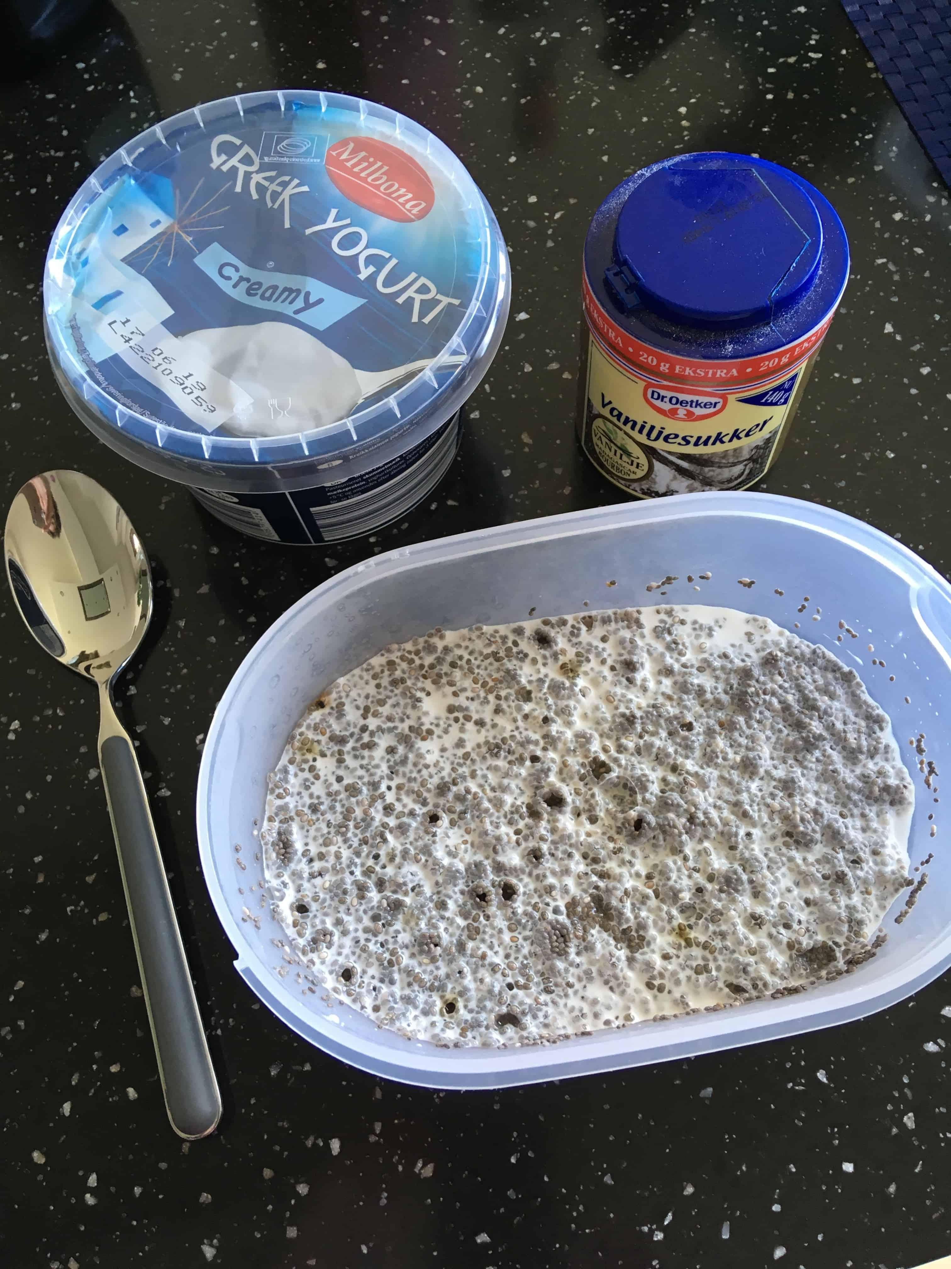 Efter minimun 10-12 timer i købeskabet tilsættes 2 dl græsk yoghurt og vaniljesukker
