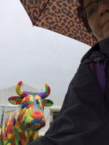 Et flot flerfarvet ko og undertegnede med leo paraply på Det Fynske Dyrskue