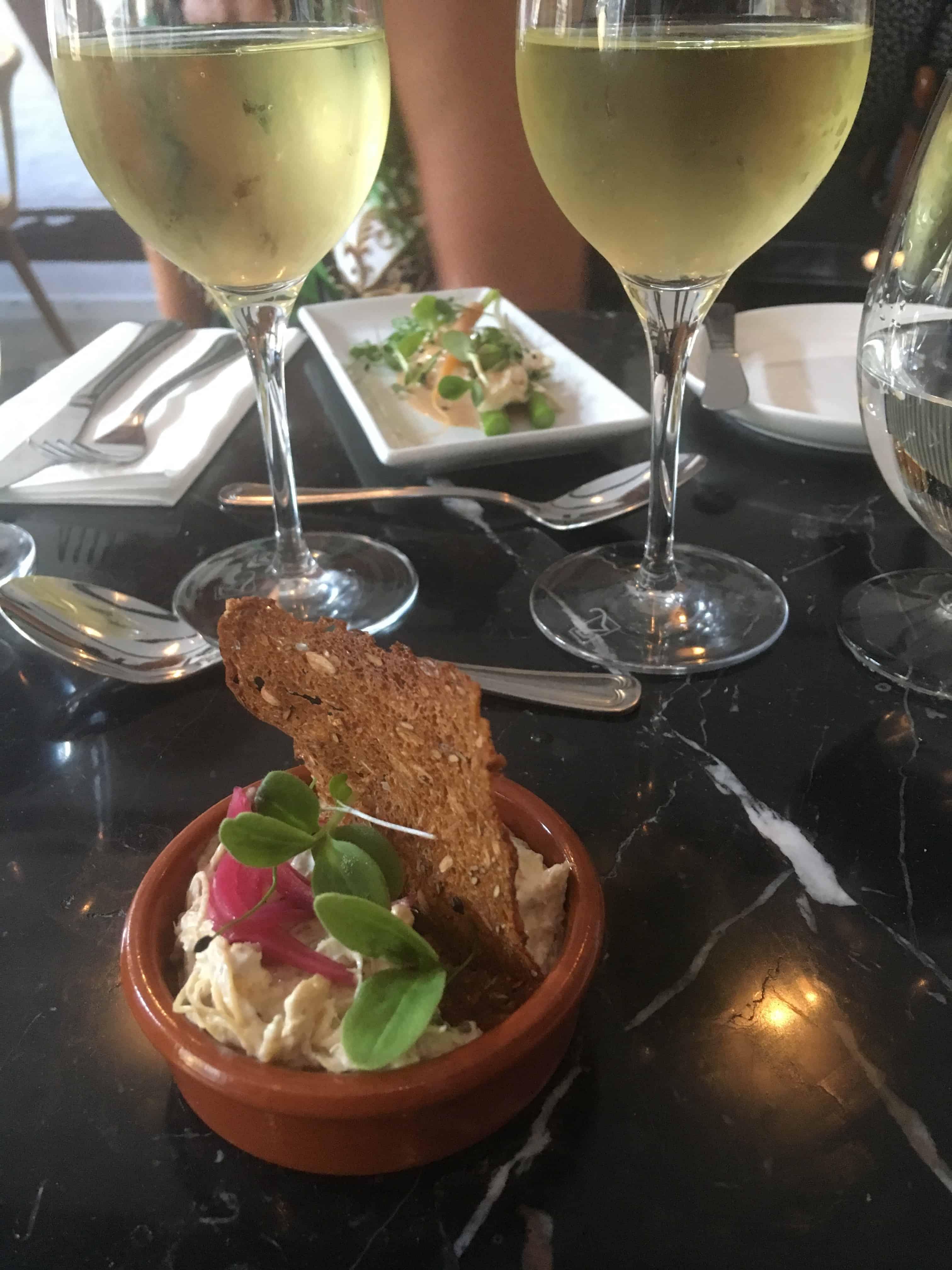 Hønsesalat med sprødt rugbrød og syltede rødløg