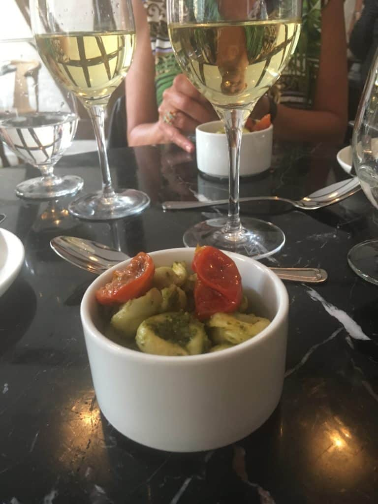 Tortellini med spinat og ricotta vendt med cremet pesto