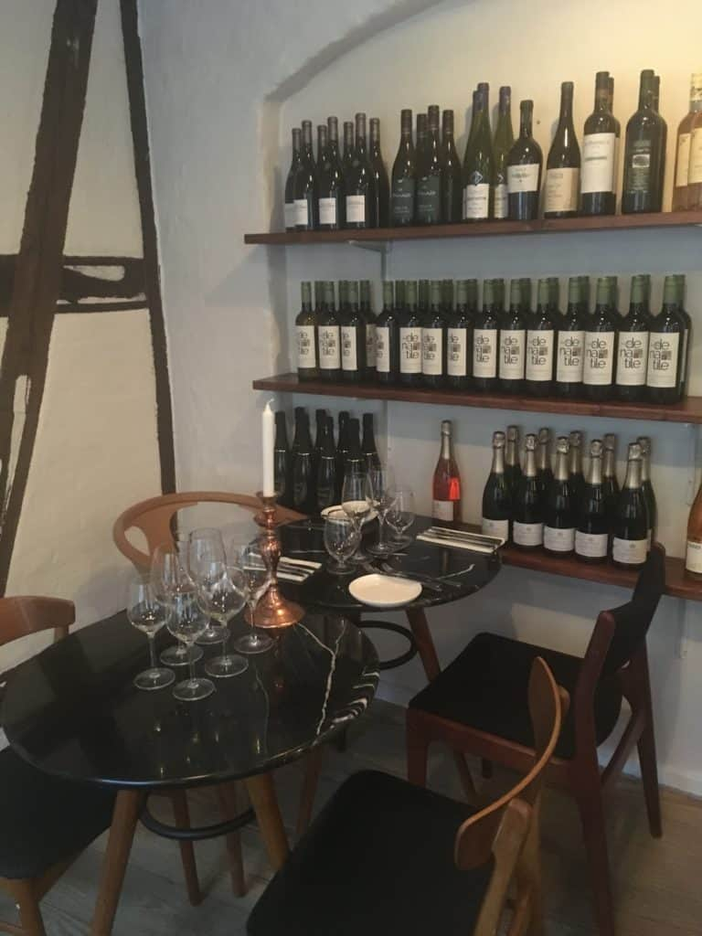 Vinreolen udgør en del af udsmykningen i de hyggelige lokaler