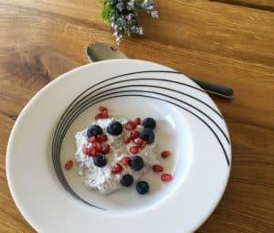 Sund og mættende morgenmad: Chiagrød med bær