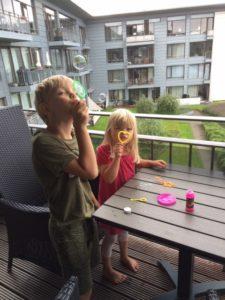 Vores søde feriebørn har i flere år nydt at blæse sæbebobler fra terrassen