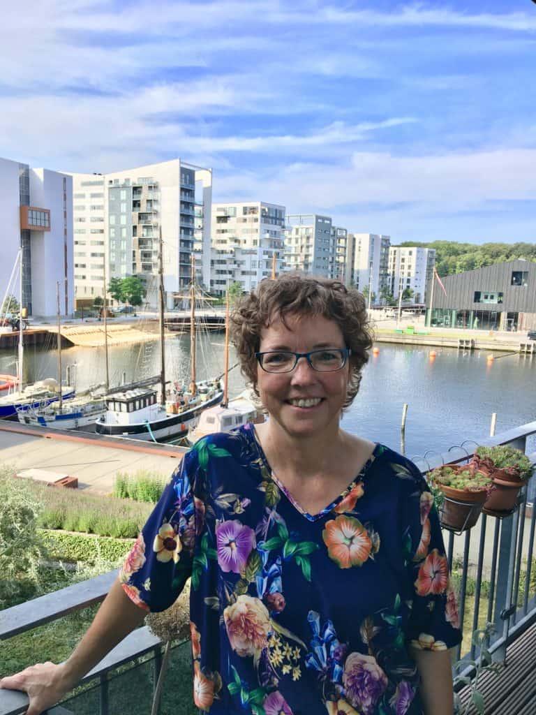 Her er jeg på vores terrasse juli 2019