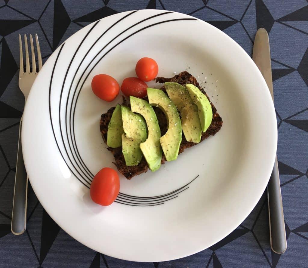 Ristet rugbrød med avocado og tomat