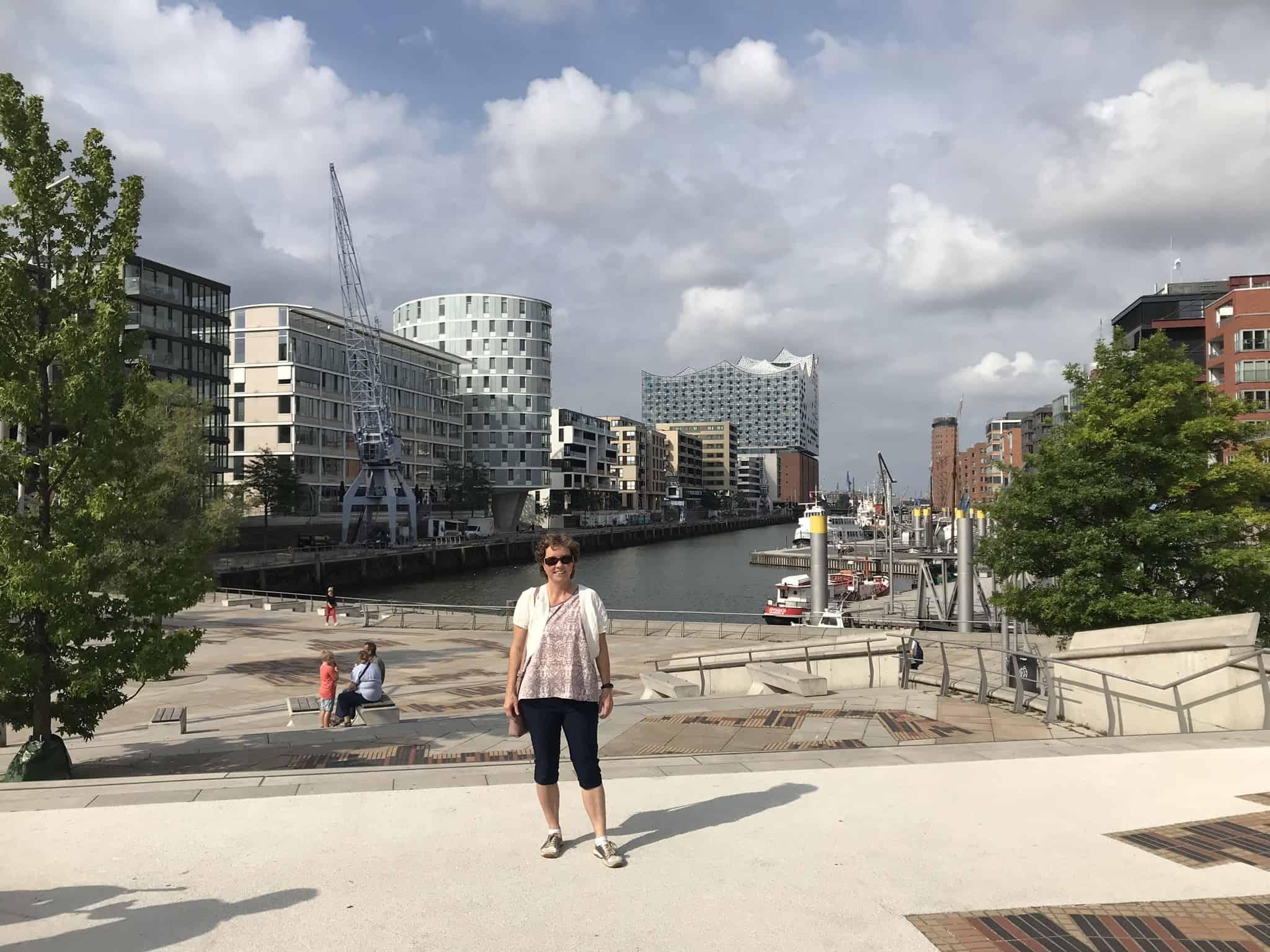 Her er jeg ved starten af havnepromenaden og med kig til Elbphilharmonie