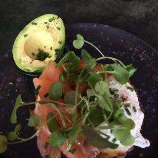 Min frokost briochebolle med ost, laks og porcheret æg samt avocado - mums