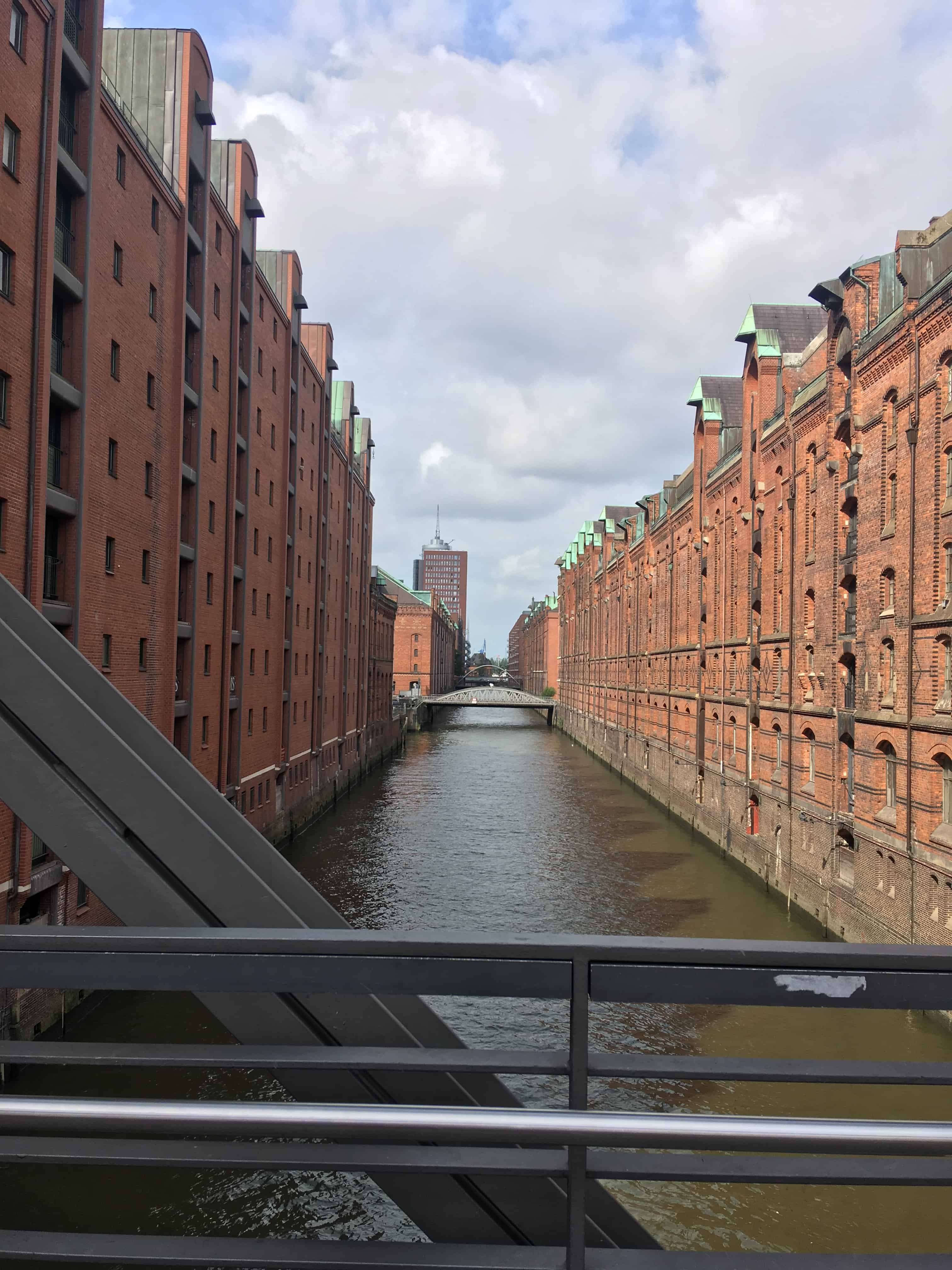 Speicherstadt består af røde pakhuse og kanaler