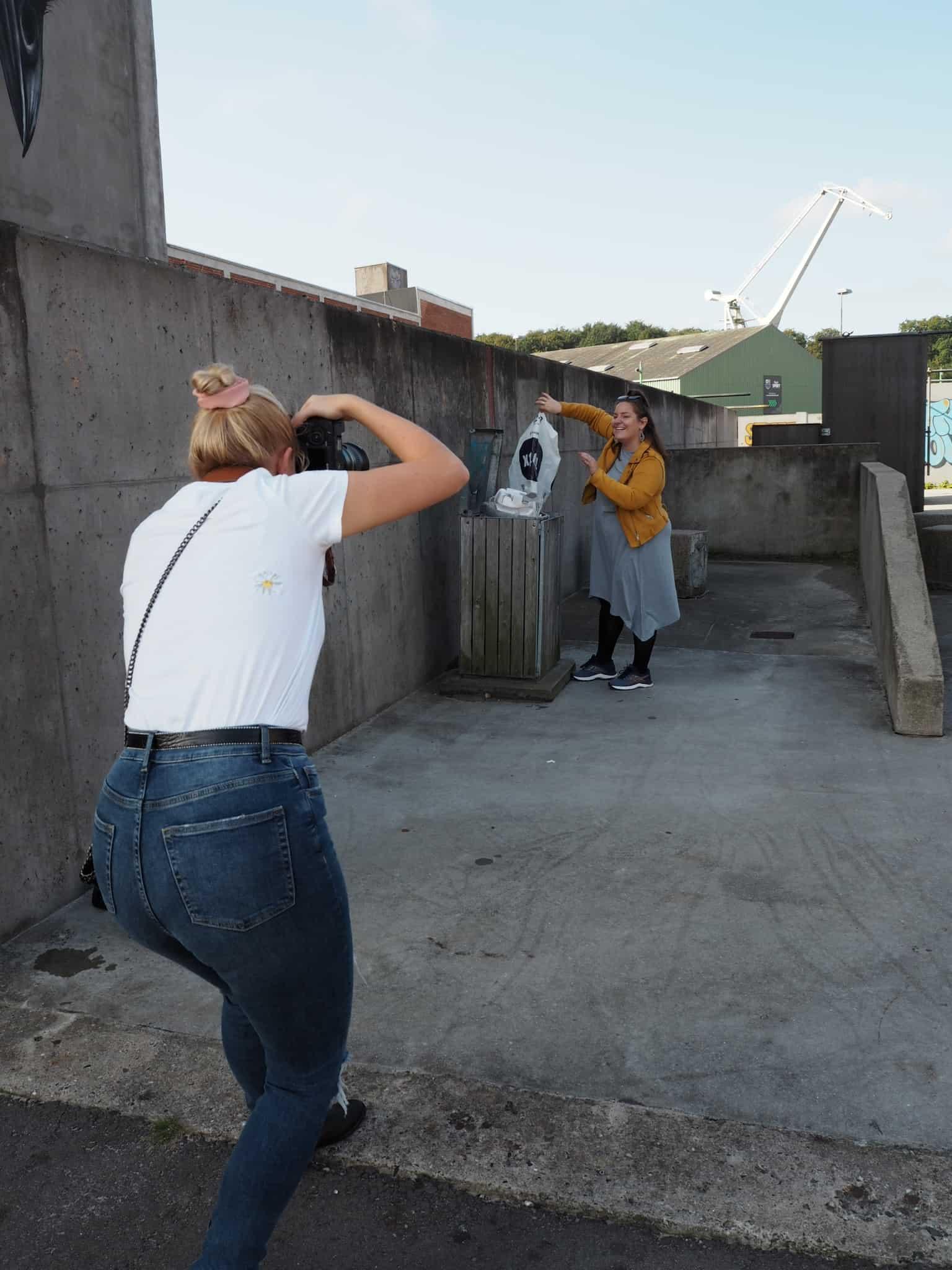 Malene var vaks og fik sat gang i en spontan skraldeindsamling og Nikki fotograferer også