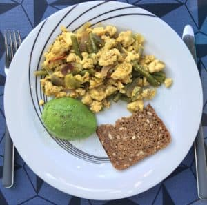 scrambled eggs med grøntsager og rugbrød