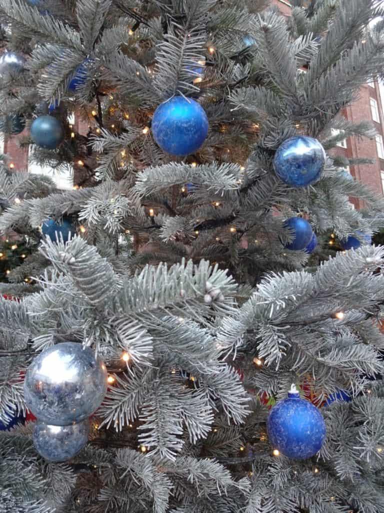 Måske der kommer blå kugler på juletræet i år