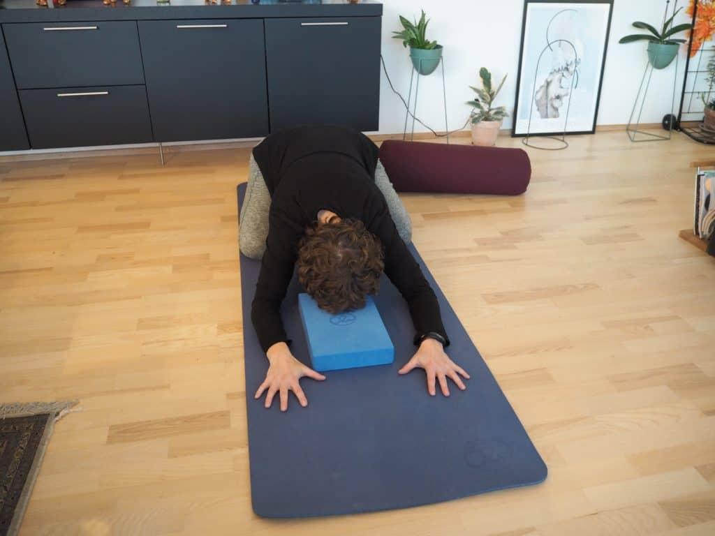 Barnets stilling - med yogablok som støtte