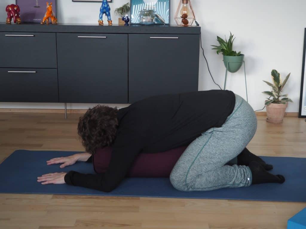 Barnets stilling på yogapølle - set fra siden