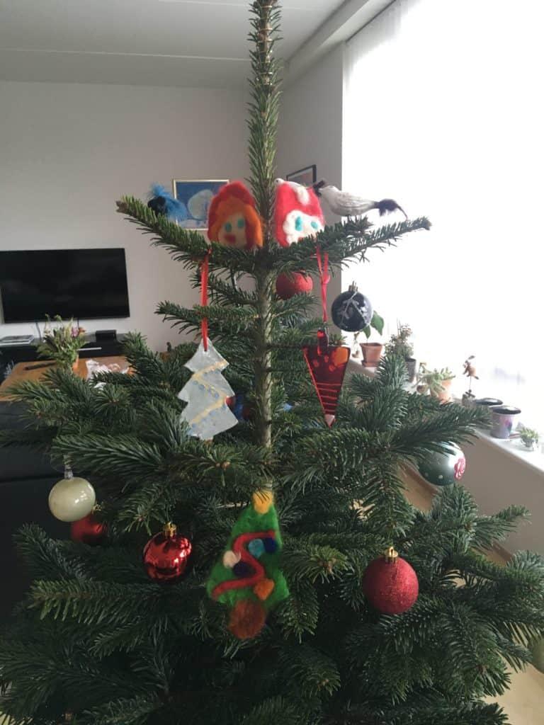 Familie Møllers yngste har været produktive når det kommer til julepynt som nissehoveder og juletræ og kræmmerhus i hhv filt, ler og glas
