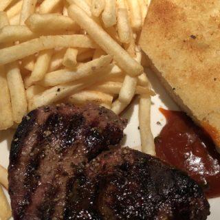 Filet mignon med pommes frites, steaksauce og hvidløgsbrød