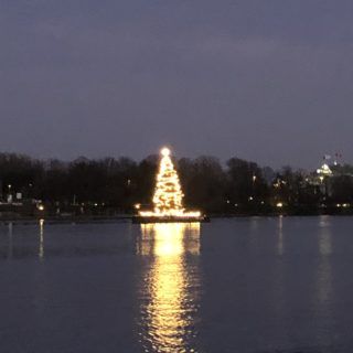 Juletræ med lys mindt i Binnenalster