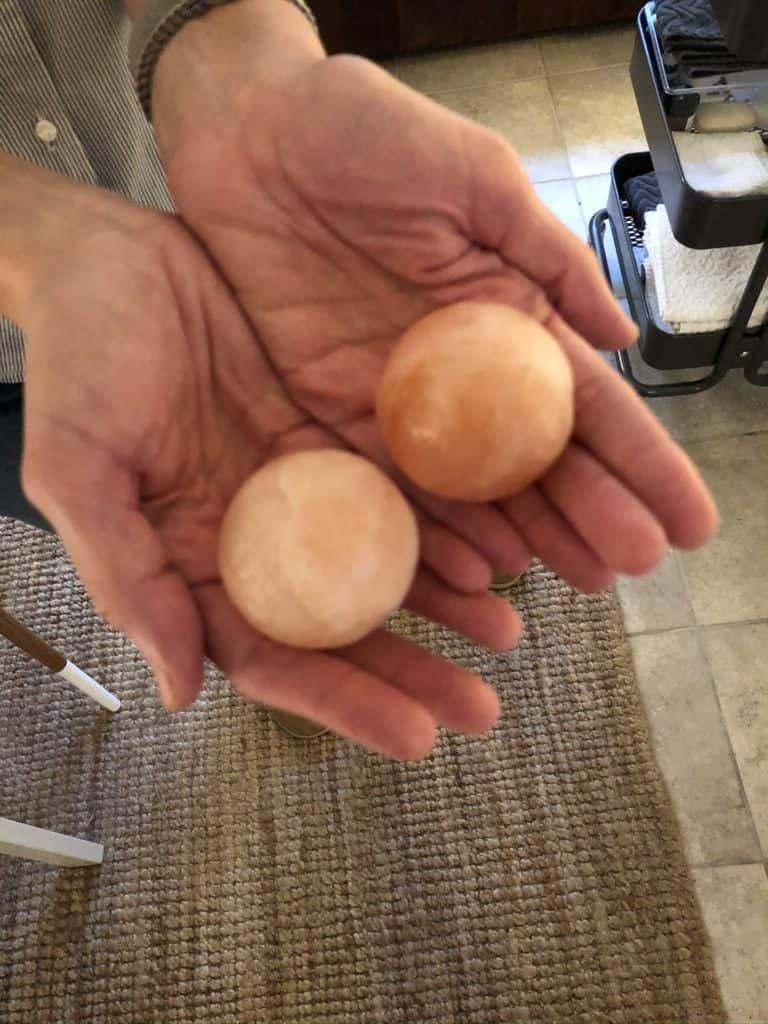 Inden den afsluttende lotion kommer på ruller Tina disse 2 Himalaya sten rundt på mit ansigt. Huden suger selv de healende salte fra stenene