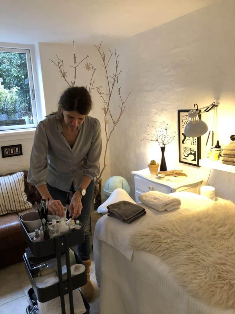 Tina gør klar til en Japansk lifting behandling