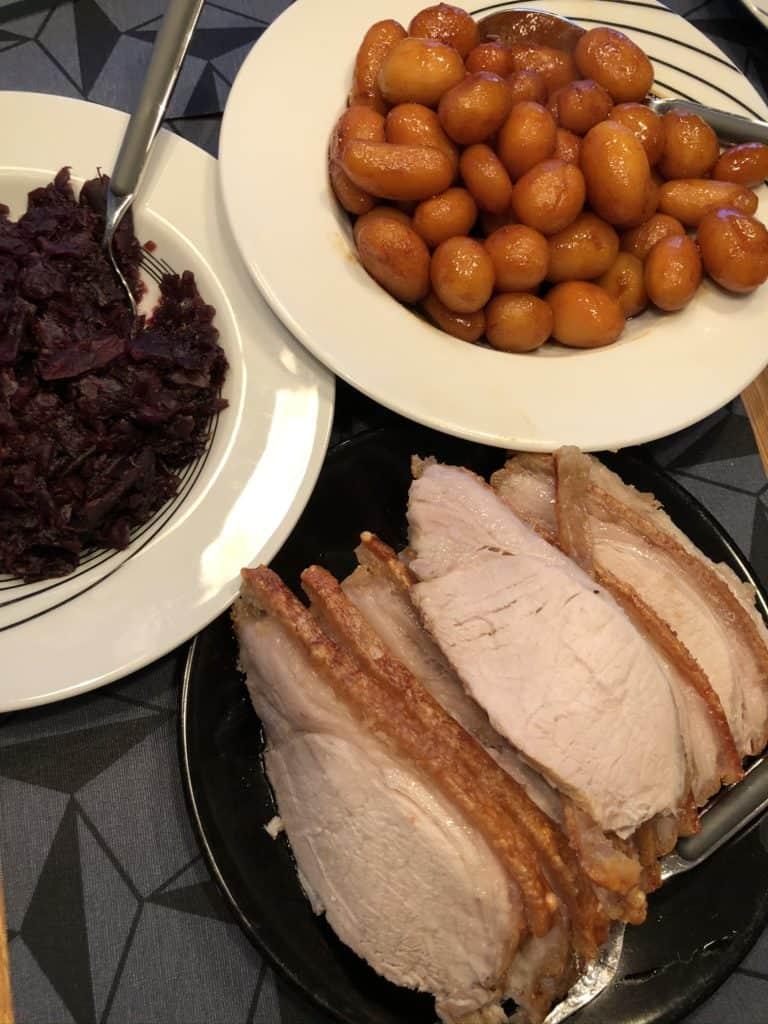 Dagens menu stod på flæskesteg med brunede kartofler og rødkål