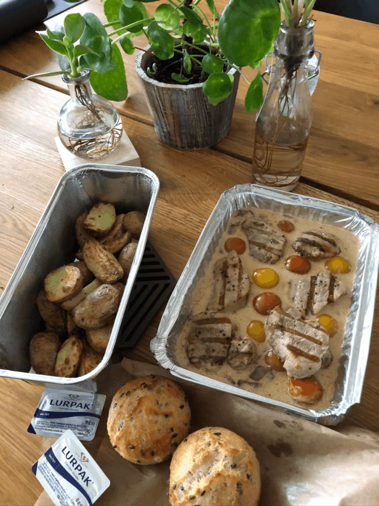 Mørbradbøf med stegte kartofler, tomater og flødesauce som take away fra restaurant Nordatlanten