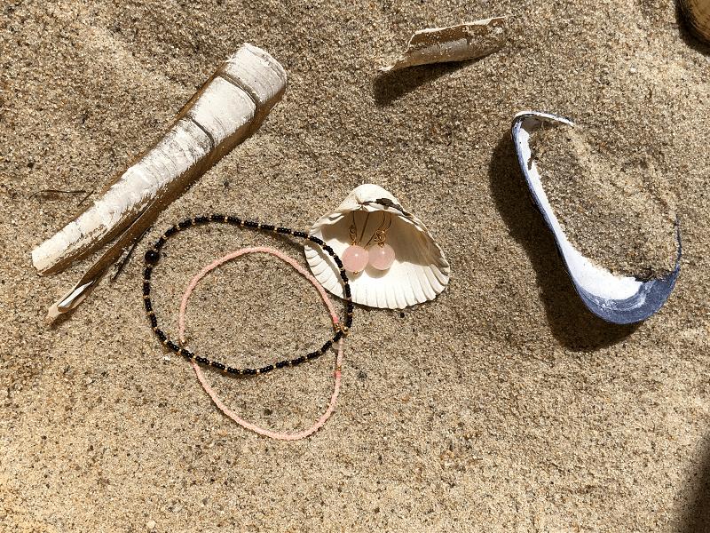 Sol, strand og nye øreringe og armbånd fra Moving Spirit Soul Jewelry