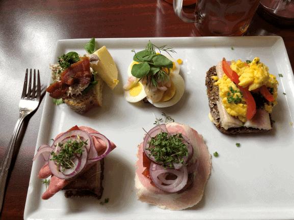 Mads bestilling med hønsesalat, æg med rejer, rullepølse, dyrlægens natmad og røget ål med røræg