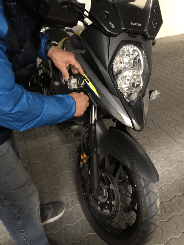 Mads monterer sit nye GoPro kamera på sin motorcykel