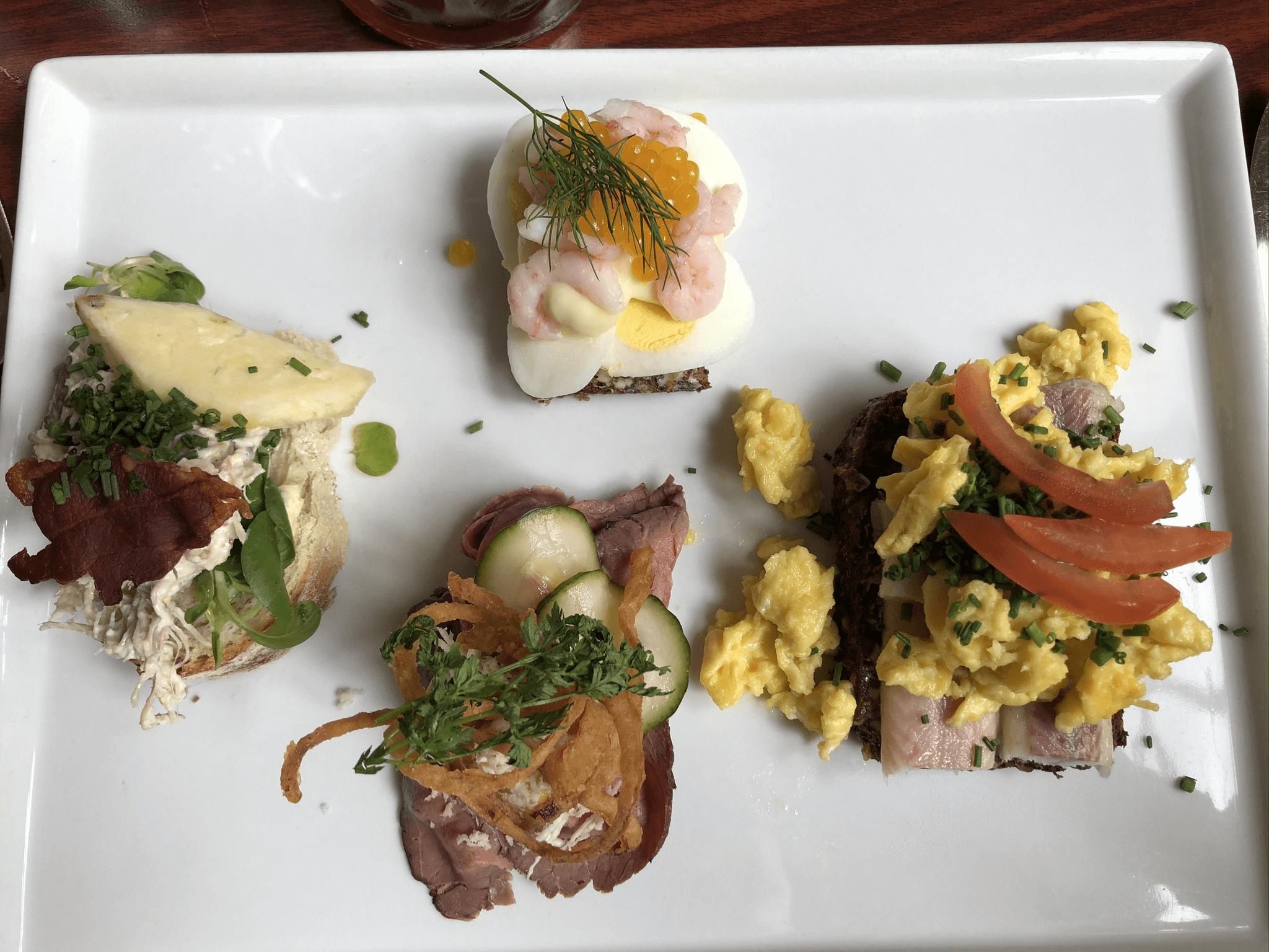 Min bestilling med hønsesalat, æg med rejer, roastbeef og røget ål med røræg