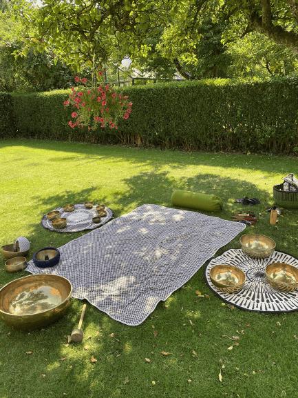 Marianne havde gjort klar til klangmassage i haven