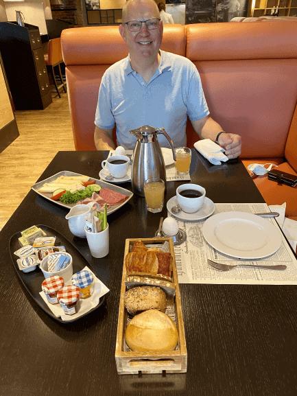 Morgenmaden på Hamburg hotellet blev serveret ved bordet