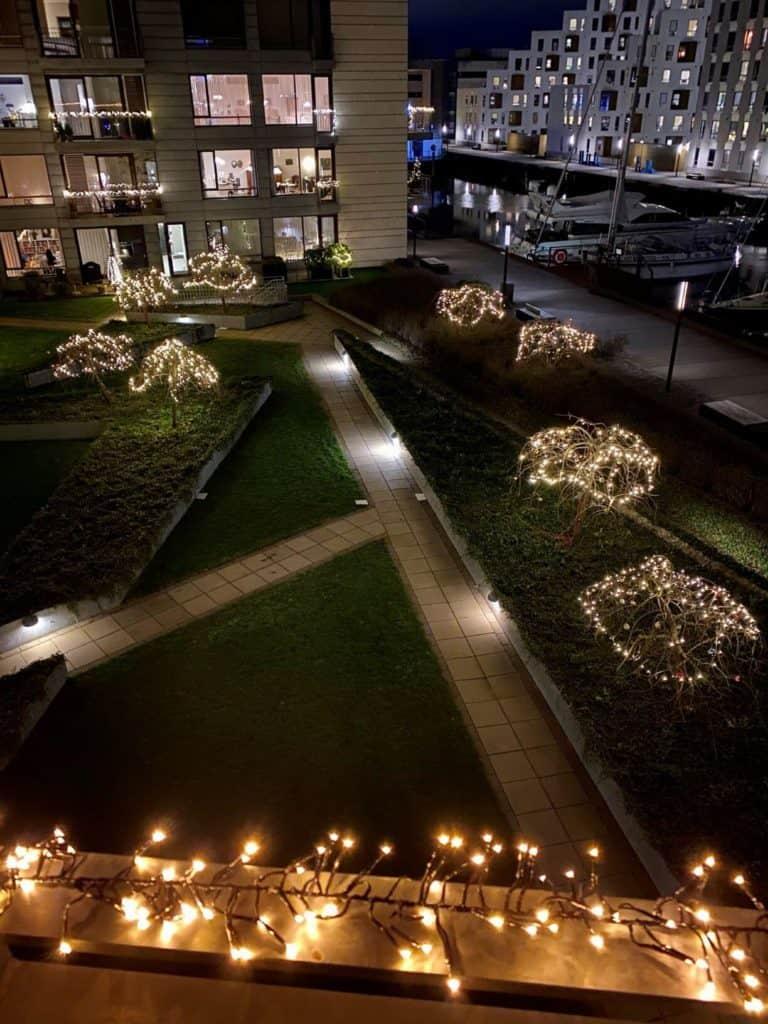 Vi har altid julelys på terrassen og i vores fælles have