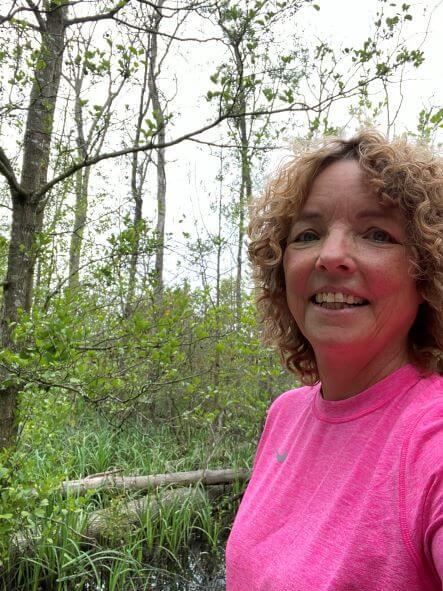 kvinde-løbetrøje-skovområde
