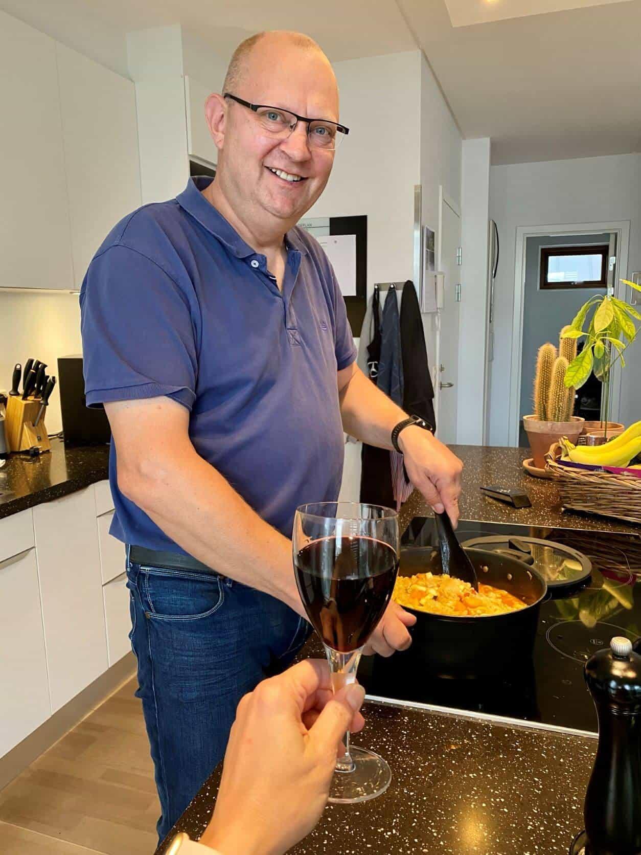 mads-køkken-sammenkogt-ret-rødvinsglas