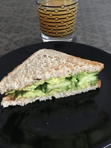 Avocado toast og appelsinjuice