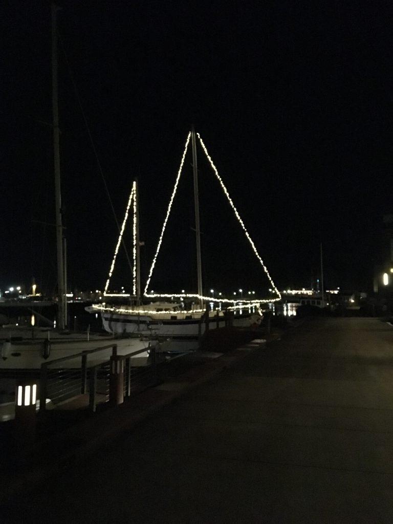 Båd med lyskæder