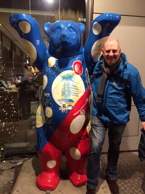 Berliner bear foran hotel Ramada og Mads