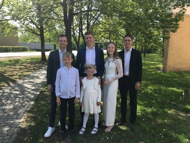 Dagens smukke konfirmand med sine 2 yngre søskende og sine 3 nordjyske fætre