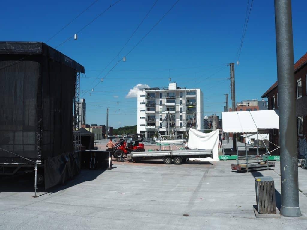 Der sættes scene og telte op på havnepladsen