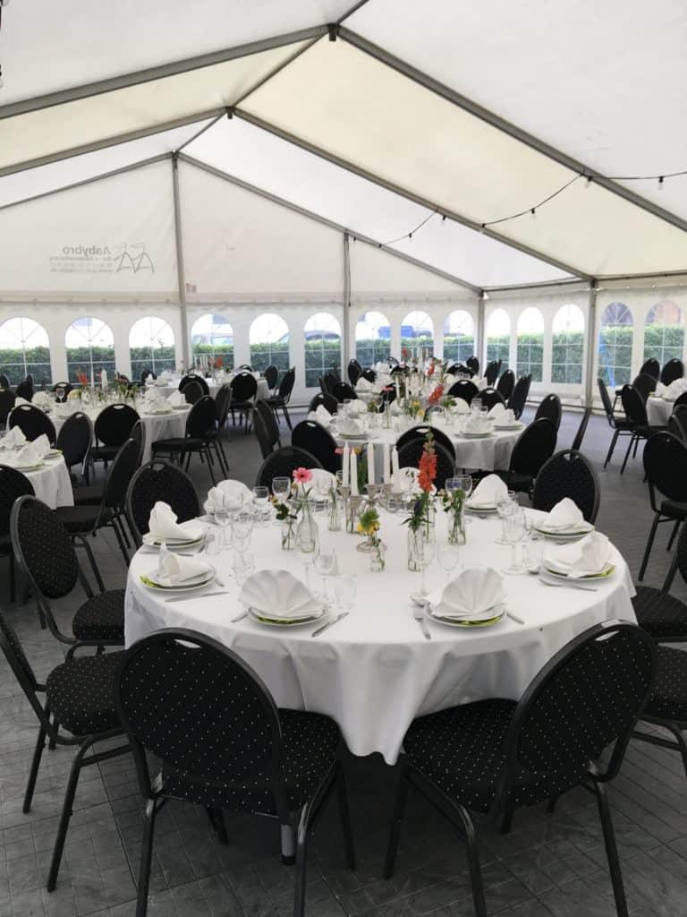 """Sommerfesten blev holdt i et stort telt på gårdspladsen med plads til 120 gæster. Efter nordjyske forhold er det lige """"de nærmeste"""", :-)"""
