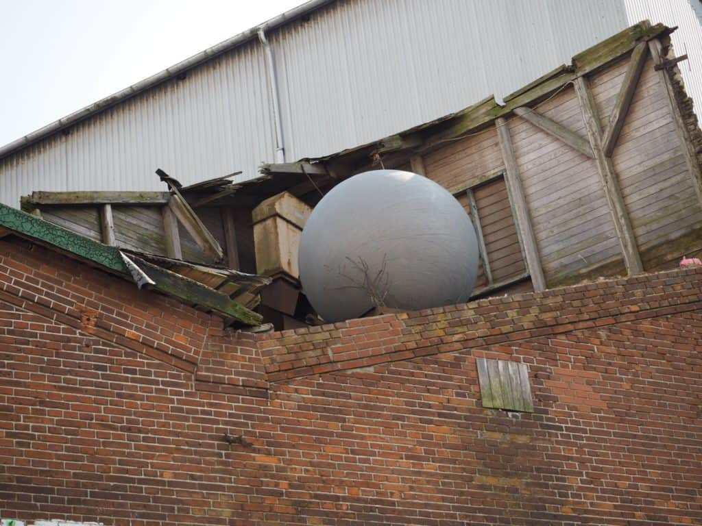 Plejer der at ligge en stor golfbold på taget?